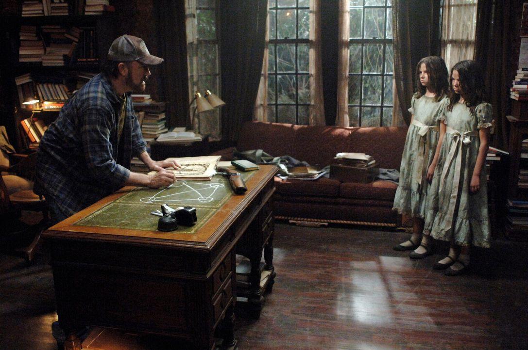 Bobby (Jim Beaver, l.) wird von Zwillingen (Eva und Lara Casha) heimgesucht, die er gemeinsam mit Dean und Sam nicht retten konnte. Jetzt pochen sie... - Bildquelle: Warner Bros. Television
