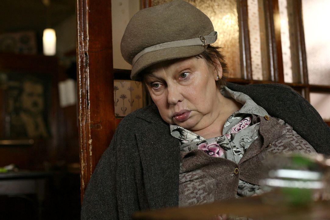Die Pfarrersköchin Erna Schinabeck (Vera Borek-Qualtinger) sitzt im Wirtshaus von Beppi Reiter, als sie plötzlich tot von der Bank kippt. - Bildquelle: Petro Domenigg Sat.1