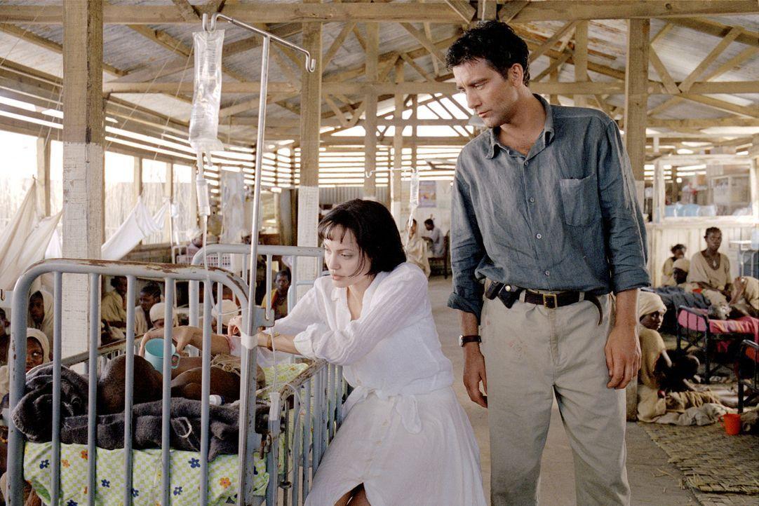 Sarah (Angelina Jolie, l.) fühlt sich zu Nick (Clive Owen, r.) und seinem Anliegen so stark hingezogen, dass sie ihr bequemes Leben in London hinte... - Bildquelle: Paramount Pictures