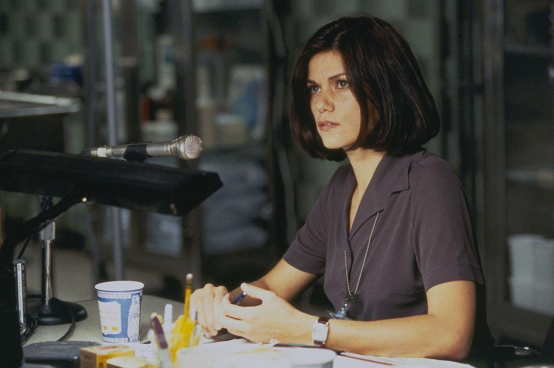 Die Gerichtsmedizinerin Dr. Laurel Weaver ( Linda Fiorentino) steht vor einem Rätsel ... - Bildquelle: Columbia TriStar