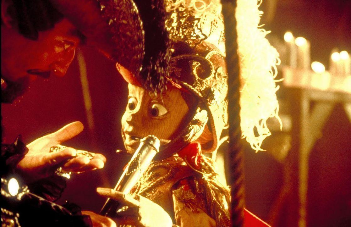 An dem neuen Leben in Lorenzinis Puppentheater findet die kleine Marionette großen Gefallen. Doch dann verlangt der niederträchtige Lorenzini (Udo... - Bildquelle: Warner Bros.