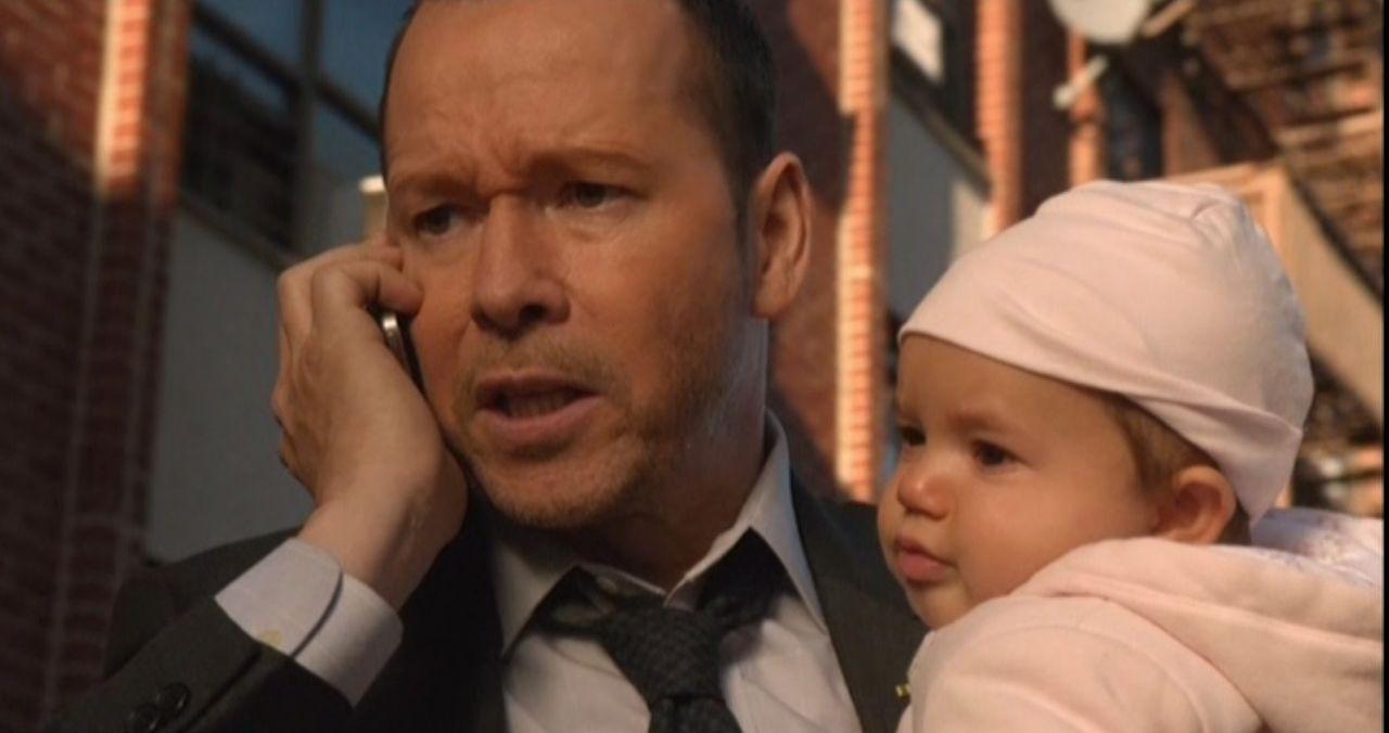 Nach einer heftigen Schießerei kann Detective Reagans (Donnie Wahlberg, l.) ein Baby retten. Schafft er es auch, die Mutter des kleinen Kindes noch... - Bildquelle: 2014 CBS Broadcasting Inc. All Rights Reserved.