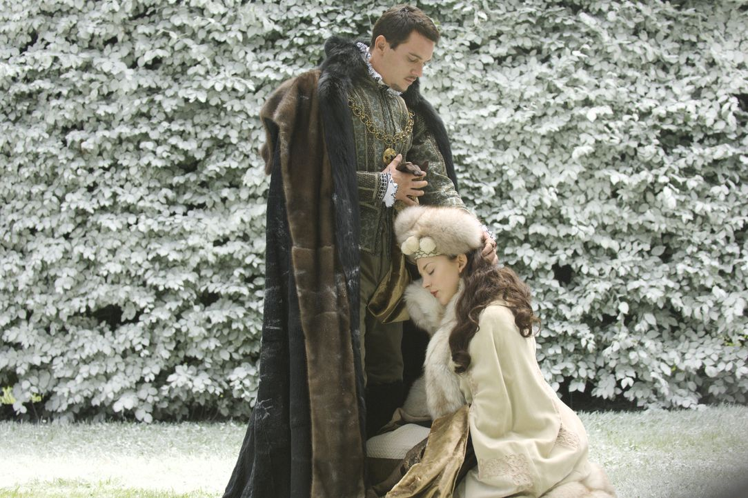Sie will mehr sein, als nur seine Mätresse: Die hübsche Anne Boleyn (Natalie Dormer, r.) buhlt um die Gunst von König Henry VIII. (Jonathan Rhys Mey... - Bildquelle: 2008 TM Productions Limited and PA Tudors II Inc. All Rights Reserved.