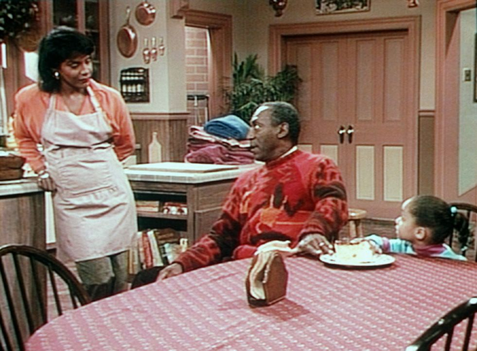Clair (Phylicia Rashad, l.) hat für den Verwandtenbesuch einen Kuchen gebacken, von dem Cliff (Bill Cosby, M.) und Olivia (Raven Symone, r.) zu ger... - Bildquelle: Viacom