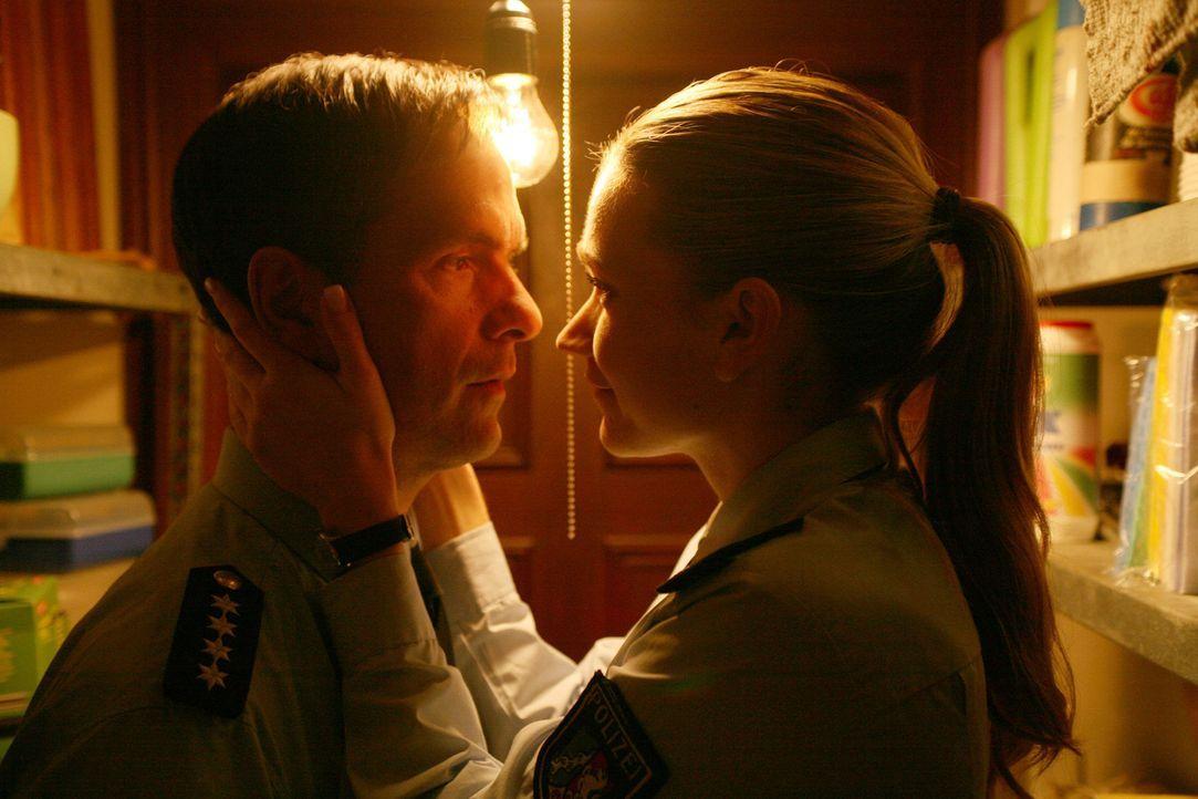 In der Besenkammer wird alles gut: Carla (Lisa Maria Potthoff, r.) und Rick (Christoph Maria Herbst, l.) ... - Bildquelle: Volker Roloff SAT.1