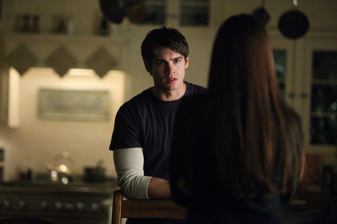 Dem Drang Jeremy (Steven R. McQueen, l.) zu töten, kann Damon nicht weiderstehen, aber Elena (Nina Dobrev, r.) will ihn nicht aufgeben ... - Bildquelle: Warner Brothers