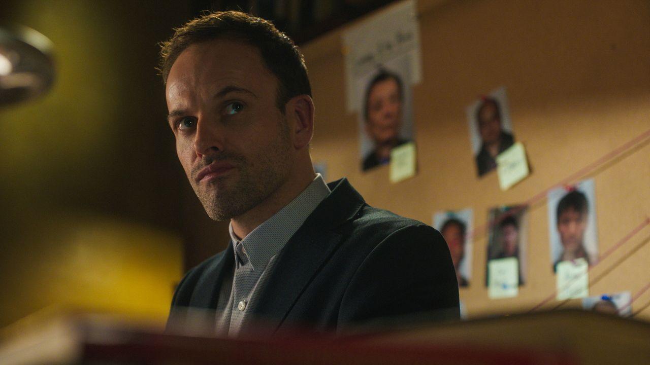 Kann er einen neuen Mordfall lösen? Sherlock Holmes (Jonny Lee Miller) ... - Bildquelle: 2016 CBS Broadcasting Inc. All Rights Reserved.