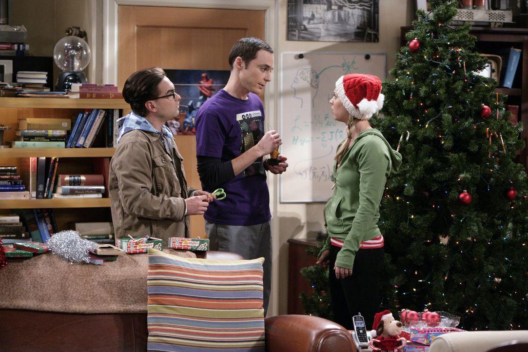Leonards (Johnny Galecki, l.) Mutter Beverly kündigt zu Weihnachten ihren Besuch an. Als Penny (Kaley Cuoco, r.) ihn darauf anspricht, warum er sei... - Bildquelle: Warner Bros. Television
