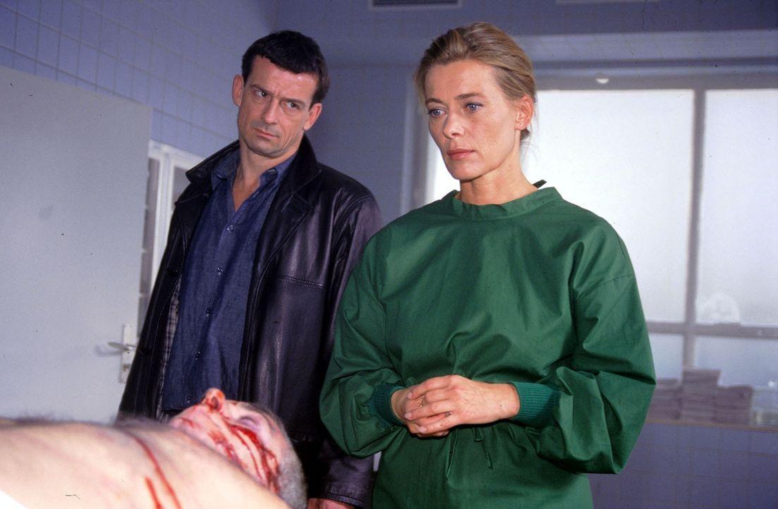 Bereits an ihrem zweiten Arbeitstag findet Karen (Barbara Rudnik, r.) das nächste Opfer - ausgerechnet auf ihrem Seziertisch. Die Ermittlungen von... - Bildquelle: Sat.1
