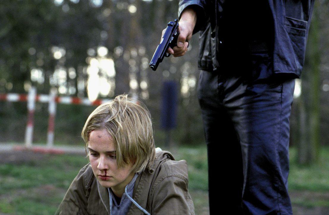 Auf dem Weg zu einer Anti-Castor-Demonstration gerät Jessica (Denise Zich) in die Gewalt der Entführer. Ihr Leben hängt an einem seidenen Faden ... - Bildquelle: Jiri Hanzl ProSieben