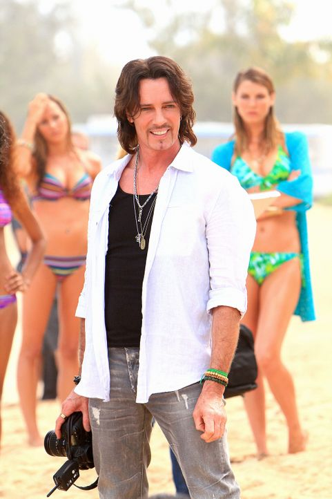 Noch ahnt niemand, dass das letzte Stündchen des berühmten Modefotografen Renny Sinclair (Rick Springfield) bald geschlagen hat ... - Bildquelle: 2011 CBS BROADCASTING INC.  All Rights Reserved.