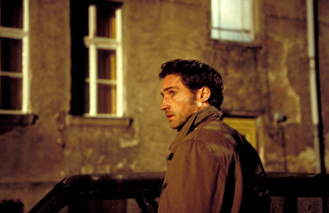 Zwei Jahre nach der Entführung von seiner Frau flammt bei Daniel (Benjamin Sadler) wieder Hoffnung auf, als er meint, sie im Fernsehen entdeckt zu... - Bildquelle: ProSieben/