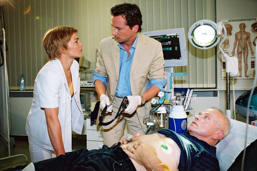 Bei der Untersuchung des Patienten Schmidt (Dieter Jäger, r.) bemerkt Stephanie (Claudia Schmutzler, l.), dass Dr. Meier-Liszt (David C. Bunners, M.... - Bildquelle: Monika Schürle Sat.1