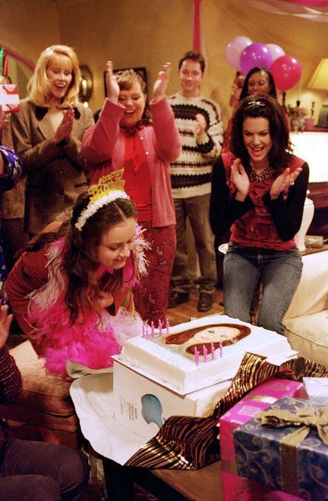 Sookie (Melissa McCarthy, hinten 2.v.l.) und Lorelai (Lauren Graham, r.) planen eine schöne Geburtstagsparty für Rory (Alexis Bledel, vorne l.), zu... - Bildquelle: 2000 Warner Bros.