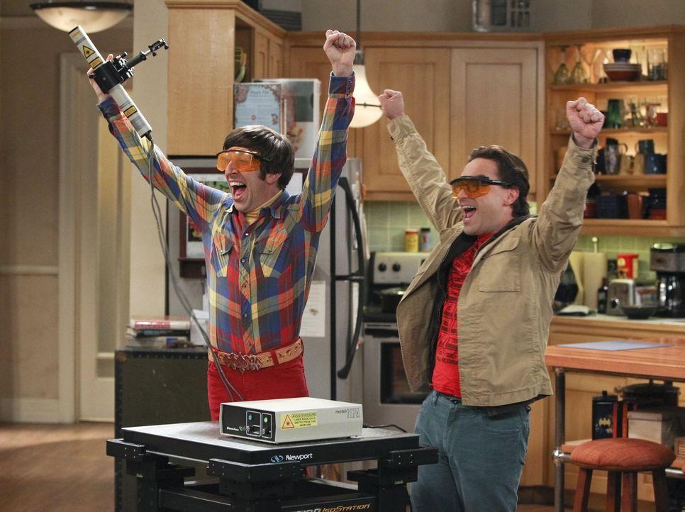 Haben viel Spaß miteinander: Leonard (Johnny Galecki, r.) und Howard (Simon Helberg, l.) ... - Bildquelle: Warner Bros. Television