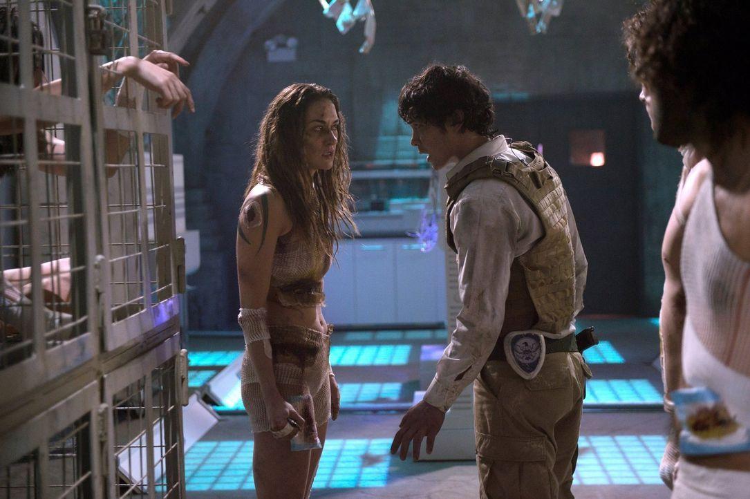 Gelingt es Bellamy (Bob Morley, r.), Echo (Tasya Teles, l.) und die anderen Gefangenen zu befreien, bevor Cage sie alle umbringen lässt? - Bildquelle: 2014 Warner Brothers