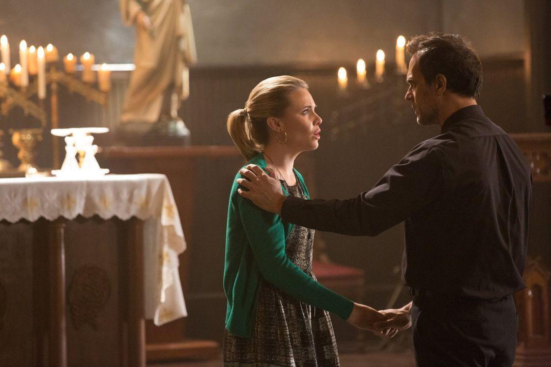 Während Pater Kieran (Todd Stashwick, r.) versucht, Camille (Leah Pipes, l.) vor der Wahrheit zu schützen, hat Davina ganz andere Pläne ... - Bildquelle: Warner Bros. Television