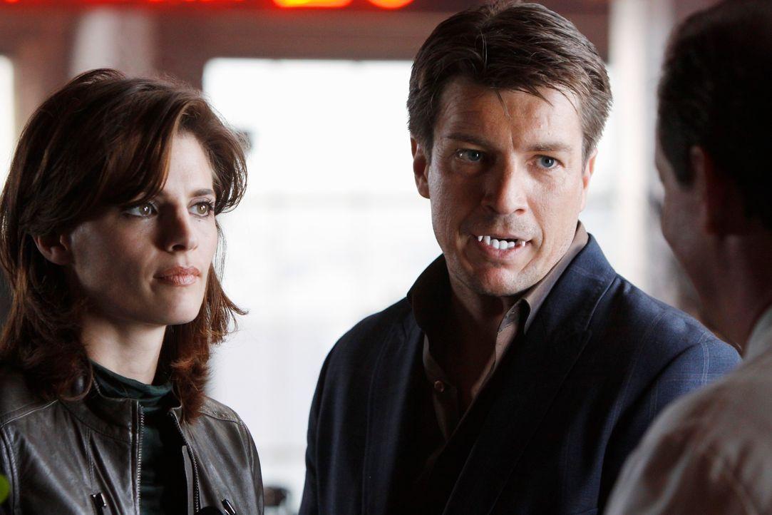 Der neue Fall führt Richard Castle (Nathan Fillion, r.) und Kate Beckett (Stana Katic, l.) in die Welt des Vampir Fetischismus ... - Bildquelle: ABC Studios