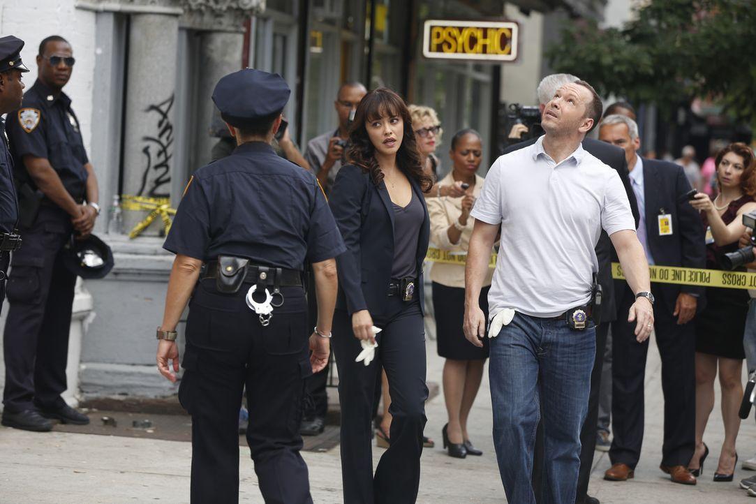 Baez (Marisa Ramirez, l.) und Danny (Donnie Wahlberg, r.) finden einen sensationslustigen Journalisten tot auf. Musste er sterben, weil er zu viel w... - Bildquelle: Craig Blankenhorn 2015 CBS Broadcasting Inc. All Rights Reserved.