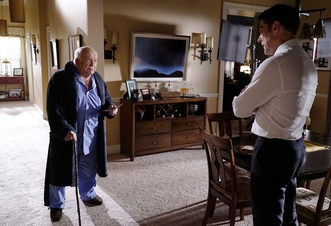 Während das Team in einem neuen Fall ermittelt, muss sich Hotch (Thomas Gibson, r.) mit seinem Schwiegervater Roy (Edward Asner, l.) auseinander set... - Bildquelle: ABC Studios
