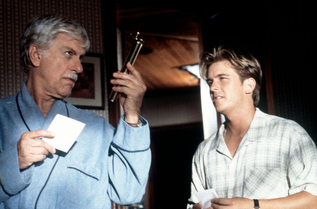 Mark (Dick Van Dyke, l.) und Jesse (Charlie Schlatter, r.) begutachten ein Beweisstück. - Bildquelle: Viacom