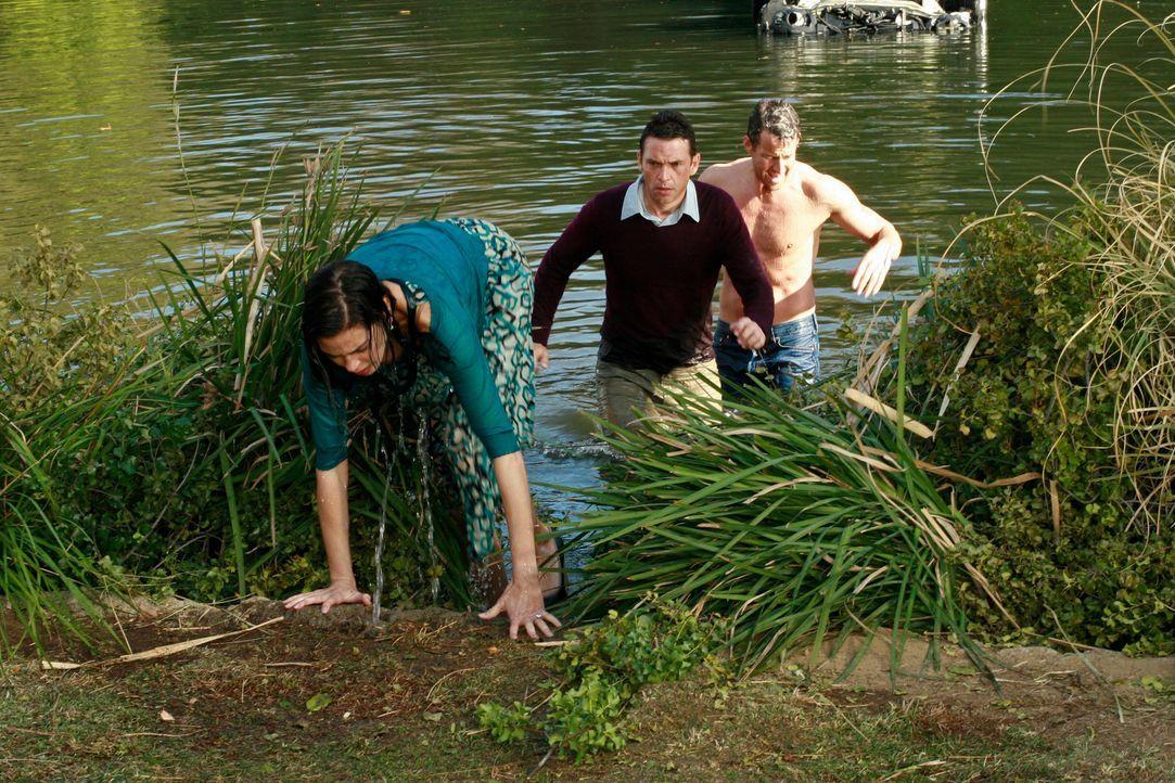 Nachdem Susan (Teri Hatcher, l.) ihren Wagen im See versenkt hat, kommt Mike (James Denton, r.) vorbei und rettet sie und Ian (Dougray Scott, M.), d... - Bildquelle: 2005 Touchstone Television  All Rights Reserved