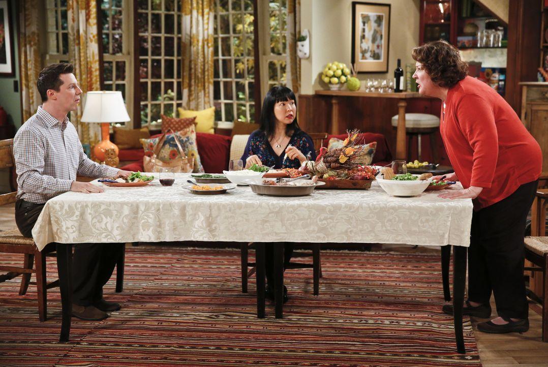 Das Thanksgivings-Fest endet im Chaos: Kip (Sean Hayes, l.), Carol (Margo Martindale, r.) und Teruko Nakajima (Teruko Nakajima, M.) ... - Bildquelle: 2014 CBS Broadcasting, Inc. All Rights Reserved.