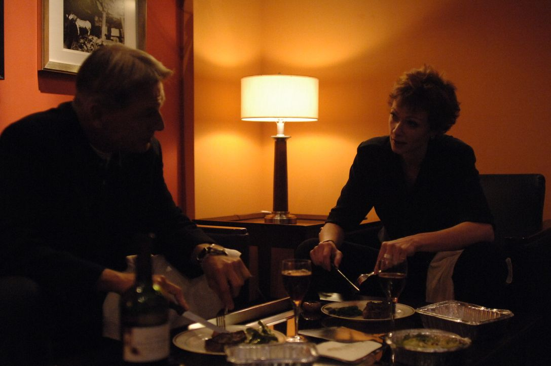 Verbringen einen Abend miteinander: Gibbs (Mark Harmon, l.) und Jenny Shepard (Lauren Holly, r.) ... - Bildquelle: CBS Television