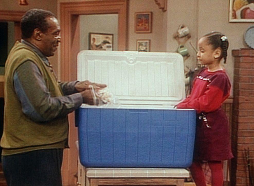 Cliff (Bill Cosby, l.) kontrolliert voller Erwartungen das Lunchpaket, das Clair ihm für seinen beschwerlichen Museumsausflug eingepackt hat. Olivi... - Bildquelle: Viacom