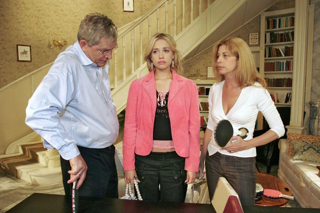 Ihren Eltern (Wilhelm Manske, l. und Olivia Pascal, r.) zuliebe versucht Kim (Lara-Isabelle Rentinck, M.) ihren Liebeskummer zu verbergen. - Bildquelle: Noreen Flynn Sat.1