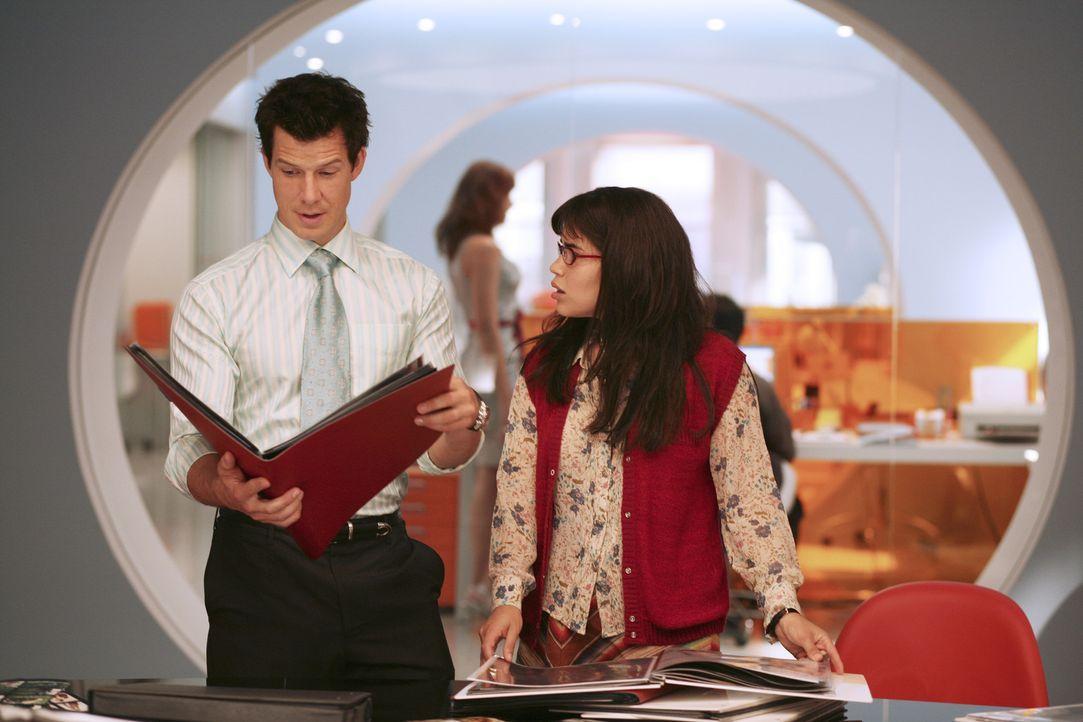 Daniel (Eric Mabius, l.) und Betty (America Ferrera, r.) werden sabotiert ... - Bildquelle: Buena Vista International Television