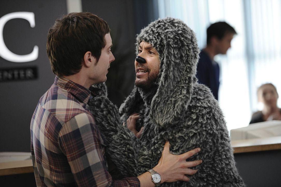 Ryan Newman (Elijah Wood, l.) hat seiner Nachbarin versprochen, mit ihrem Hund Wilfred (Jason Gann, r.) zum Tierarzt zu gehen, damit der ihm dort de... - Bildquelle: 2011 FX Networks, LLC. All rights reserved.