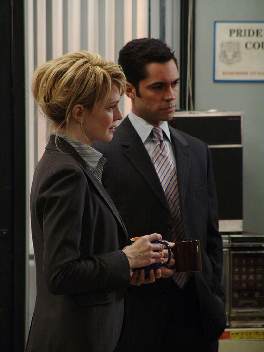 Bei einer Tasse Kaffee unterhalten sich Det. Lilly Rush (Kathryn Morris, l.) und Det. Scott Valens (Danny Pino, r.) über den verwirrenden Fall von... - Bildquelle: Warner Bros. Television