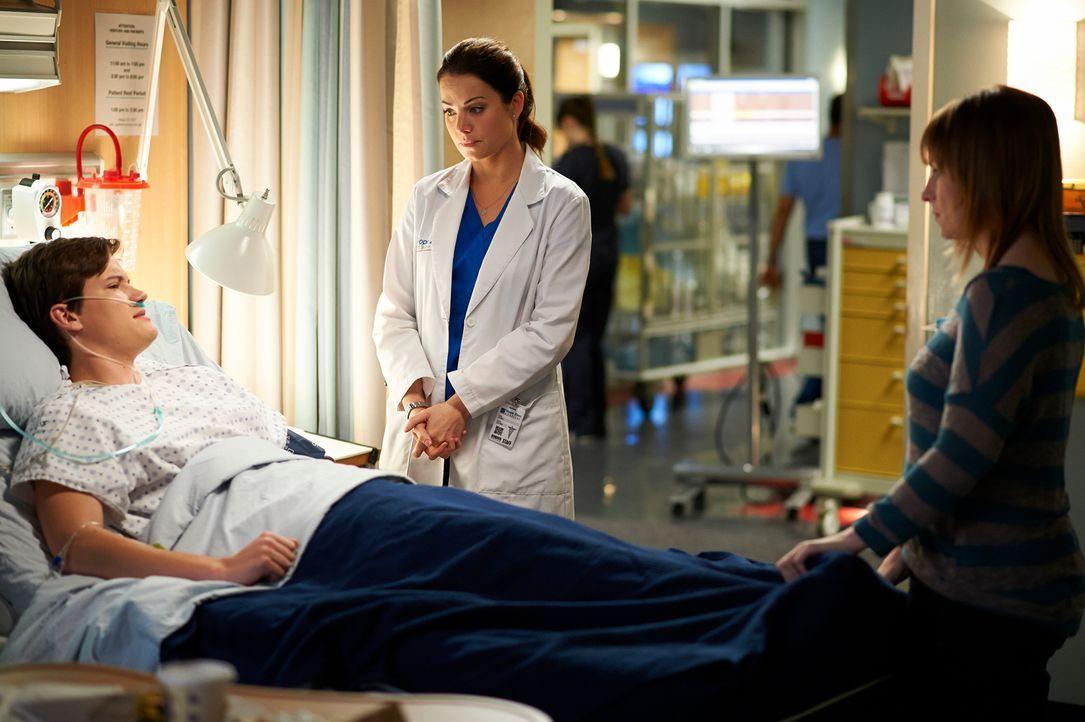 Riley (Justin Kelly, l.) und seine Mutter Holly Stiles (Joanne Boland, r.) sind geschockt, als Alex (Erica Durance, M.) ihnen mitteilt, dass sie die... - Bildquelle: 2012  Hope Zee One Inc.