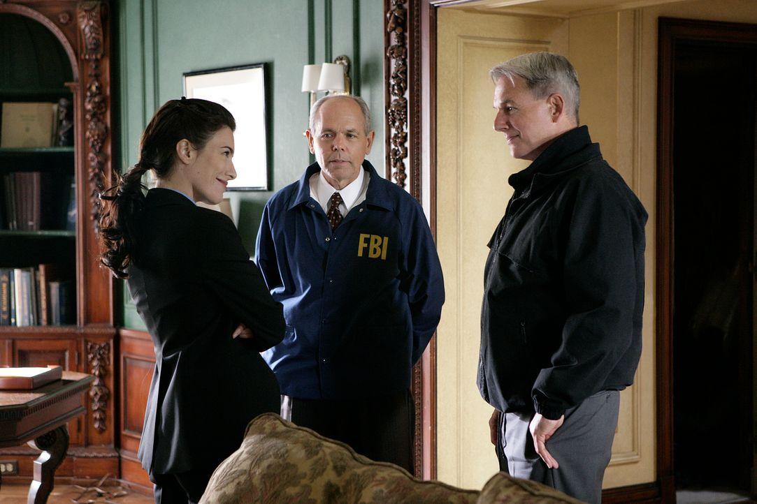 Beim SecNav zu Hause findet eine Pokerrunde mit den Leitern verschiedener Bundesbehörden statt. Agent Julia Foster-Yates (Jaime Murray, l.) koordini... - Bildquelle: CBS Television