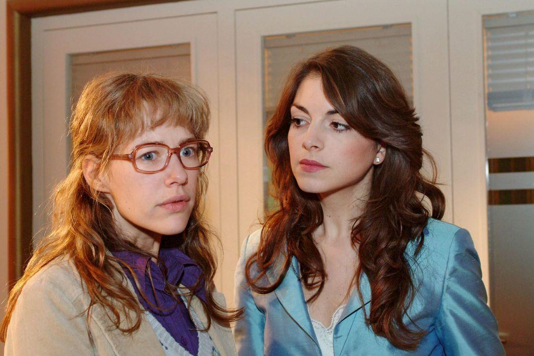 Lisa (Alexandra Neldel, l.) gerät gehörig in die Bredouille: Mariella (Bianca Hein, r.) fragt sie, wo und mit wem David sich trifft. Wird Lisa ihr... - Bildquelle: Sat.1
