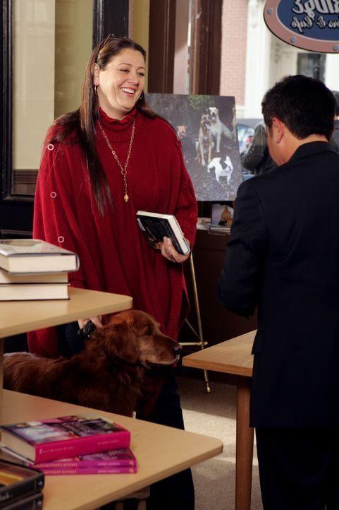 "Delia (Camryn Manheim, l.) lernt den berühmten ""Hundeflüsterer"" Cesar Millan (Cesar Millan, r.) kennen … - Bildquelle: ABC Studios"