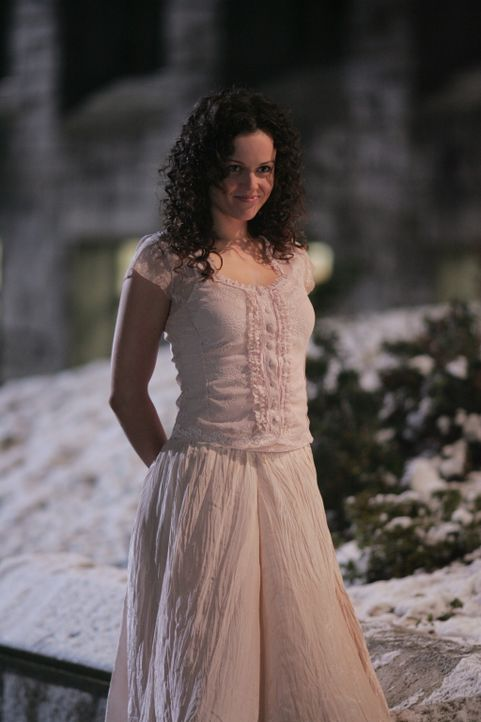 Mitten in der Nacht bemerkt ein Professor eine wunderschöne Frau vor dem Unigebäude. Noch ahnt er nicht, dass die hübsche Co-Ed (Tara Wilson) nichts... - Bildquelle: Warner Bros. Television