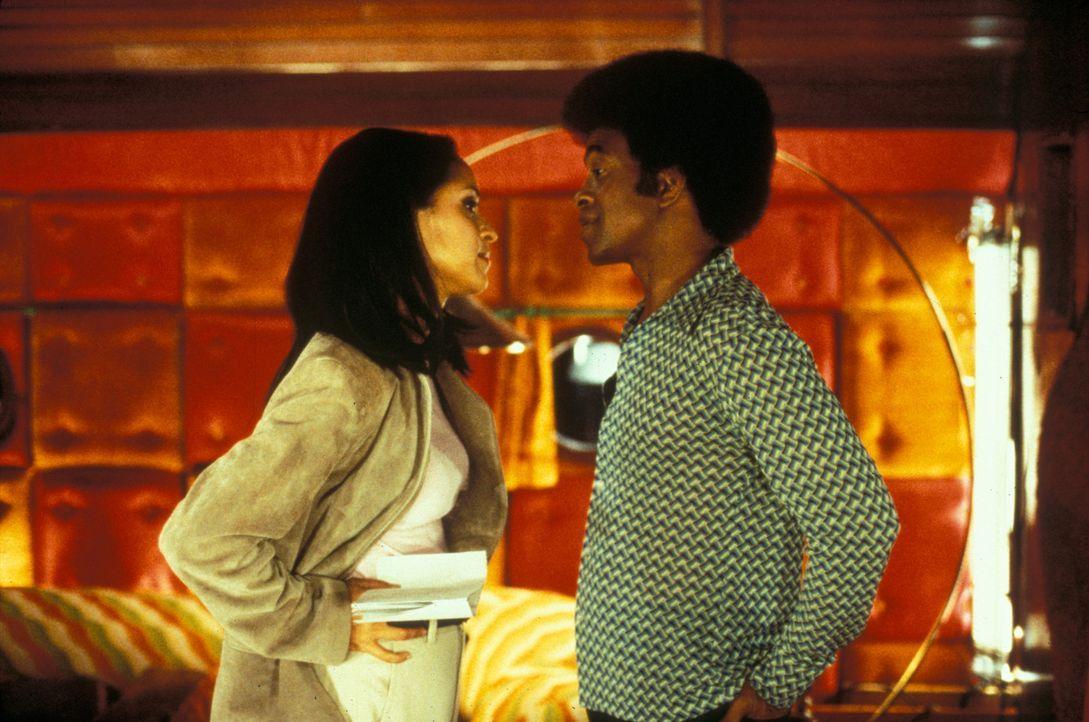 Als es dem Sender irgendwann mit Leon Phelps (Tim Meadows, r.) blöden Sprüchen zuviel wird, wird er von seiner hübschen Produzentin Julie (Karyn... - Bildquelle: Marni Grossman 2000 by Paramount Pictures Corp.