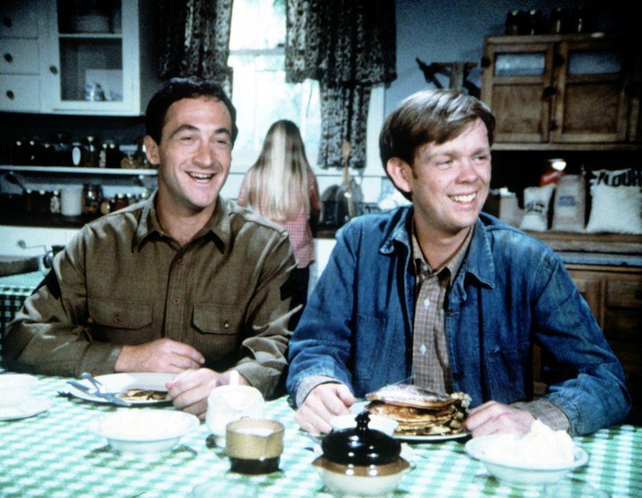 Jasons (Jon Walmsley, r.) Freund Corporal Ted Lapinsky (Todd Susman, l.) ist bei den Waltons zu Gast. - Bildquelle: WARNER BROS. INTERNATIONAL TELEVISION