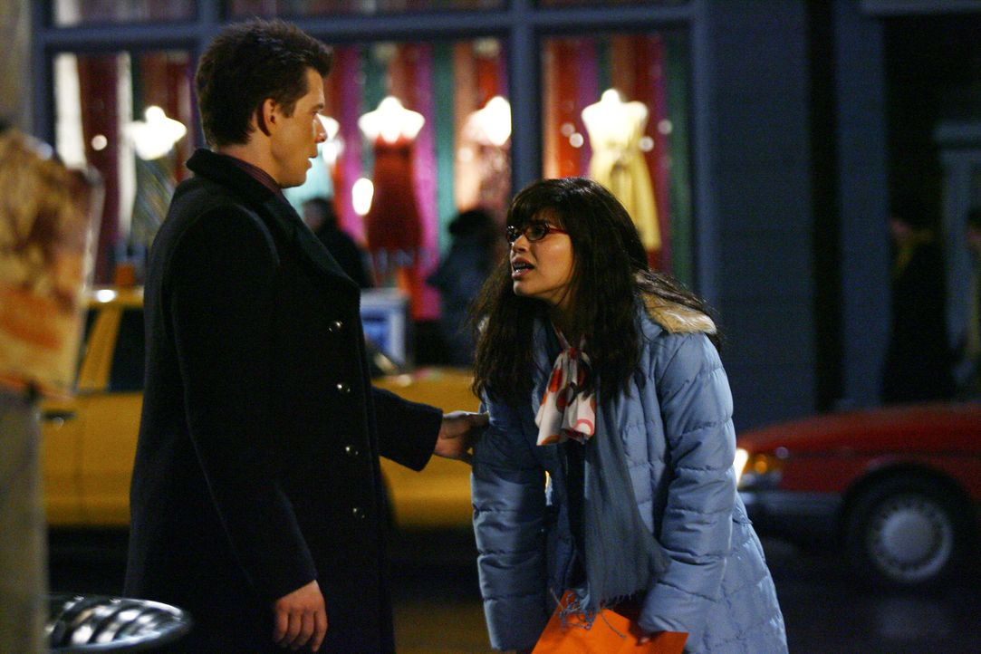 Betty (America Ferrera, r.) hat richtig schlechte Nachrichten für Daniel (Eric Mabius, l.) ... - Bildquelle: Buena Vista International Television