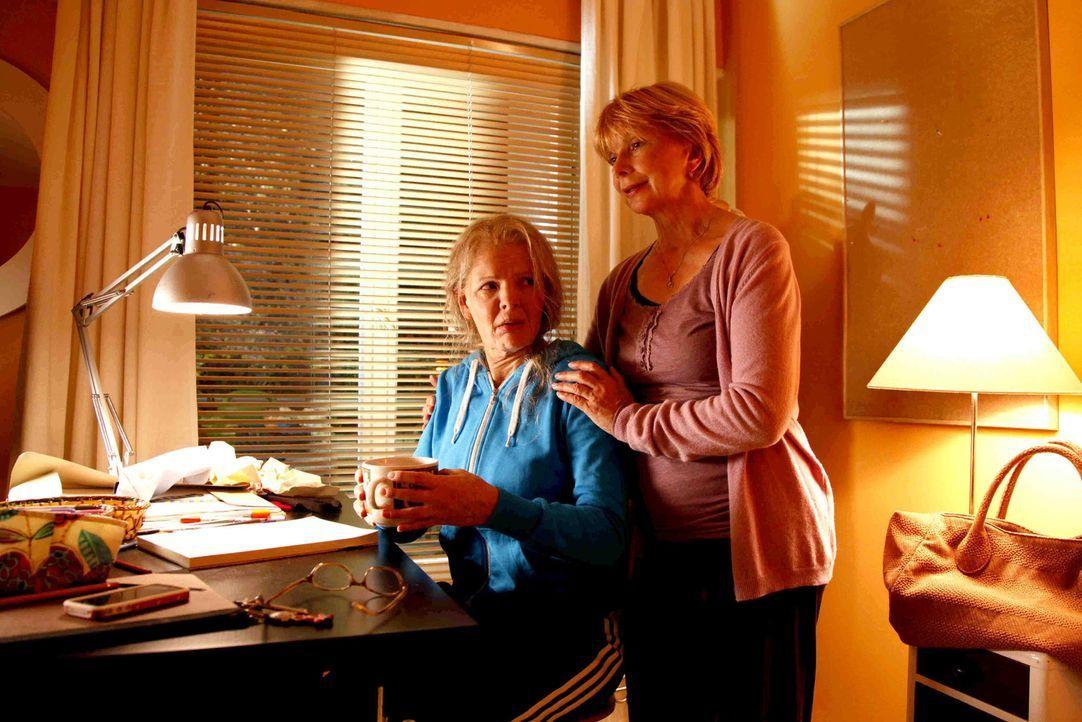 Verkehrte Welt: Tochter Mel (Yvonne Catterfeld, l.) sieht plötzlich um Jahre älter aus als ihre eigene Mutter (Ursela Monn, r.) ... - Bildquelle: SAT.1