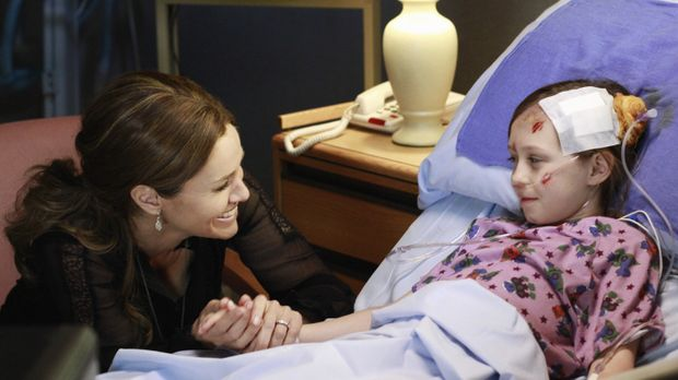 Dells Tochter, Betsey (Hailey Sole, r.) wird in der Notaufnahme gebracht. Vio...