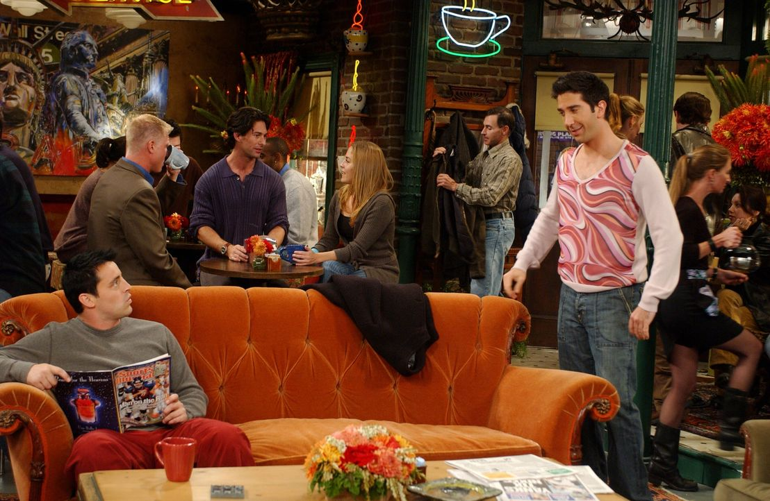 Joey (Matt LeBlanc, l.) ist erstaunt über Ross' (David Schwimmer, r.) neues Outfit ... - Bildquelle: 2003 Warner Brothers International Television