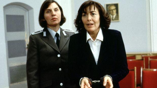 Nachdem Vera Färber (Thekla Carola Wied, r.) in ihrer Verzweiflung einen Hilf...
