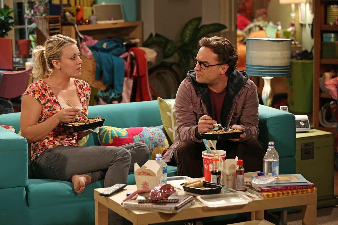Als Sheldon erfährt, dass Penny (Kaley Cuoco, l.) darüber nachdenkt, die Beziehung mit Leonard (Johnny Galecki, r.) zu beenden, versucht er, sich ei... - Bildquelle: Warner Bros. Television