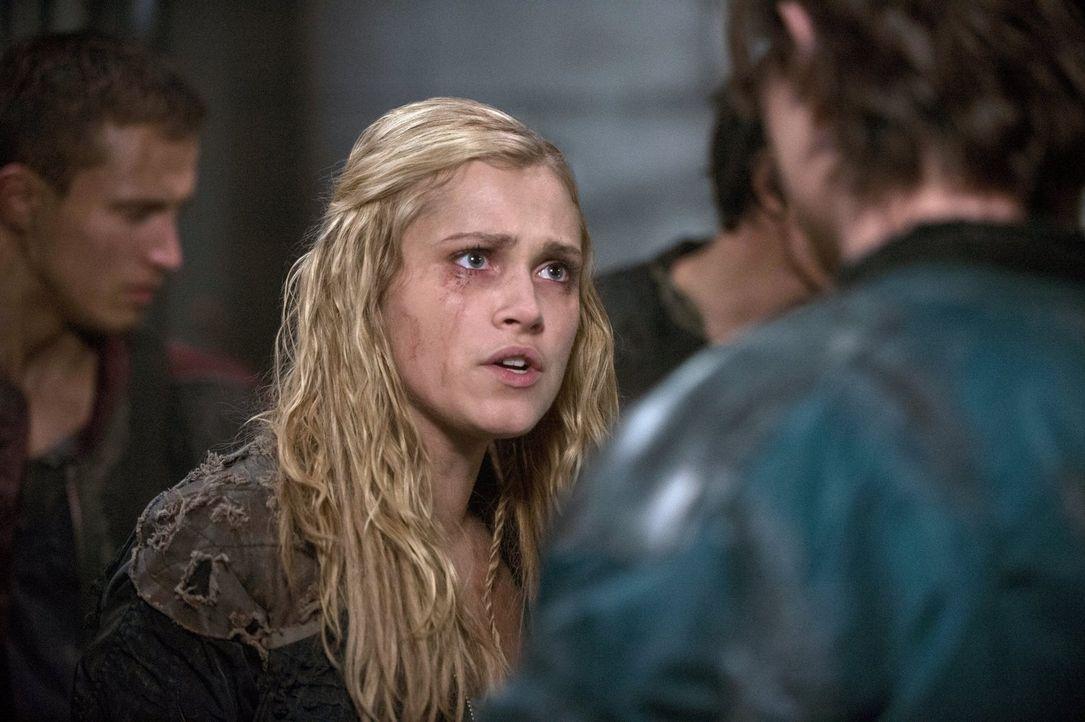 Selbst, wenn Clarke (Eliza Taylor) den Virus überlebt, der Angriff der Erdenbewohner wird erbarmungslos sein ... - Bildquelle: Warner Brothers