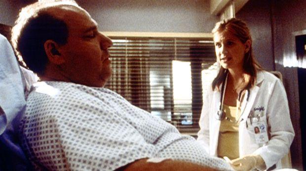 Lucy (Kellie Martin, r.) soll bei Mrs. Savage (Alan Blumenfeld, l.) einen Zug...