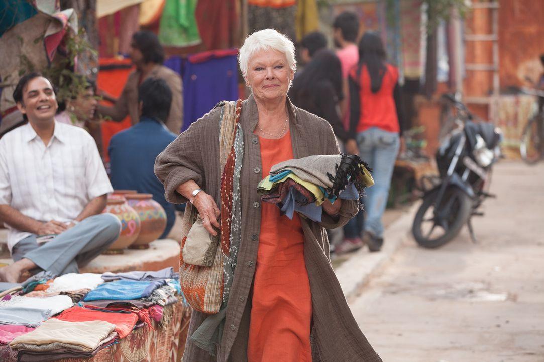 Der 79-jährigen Evelyn (Judi Dench) wird ein Job als Einkäuferin für Stoffe angeboten. Sie weiß nicht, ob sie das kann, denn der Job bedeutet eine h... - Bildquelle: Laurie Sparham 2015 Twentieth Century Fox Film Corporation.  All rights reserved.