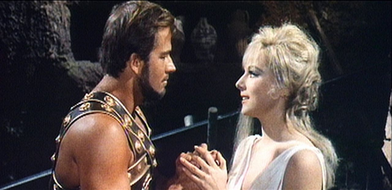 Messalina (Lisa Gastoni, r.), die Frau des grausamen Kaisers Caligula, will ihn mit Hilfe von Glaucus (Richard Harrison, l.) stürzen ... - Bildquelle: Sancro Film